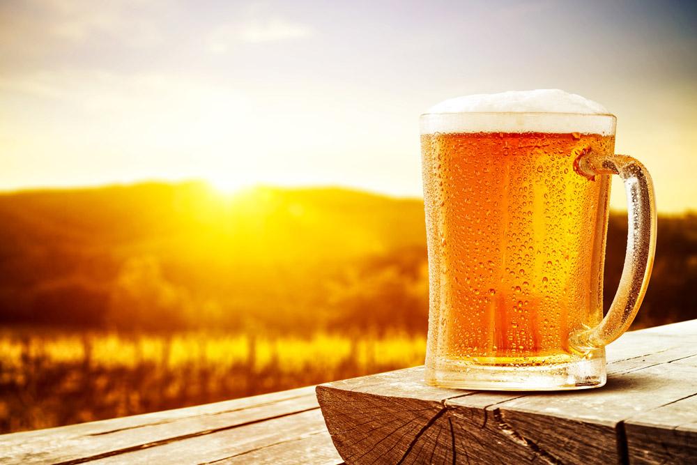 一杯冰啤酒图片
